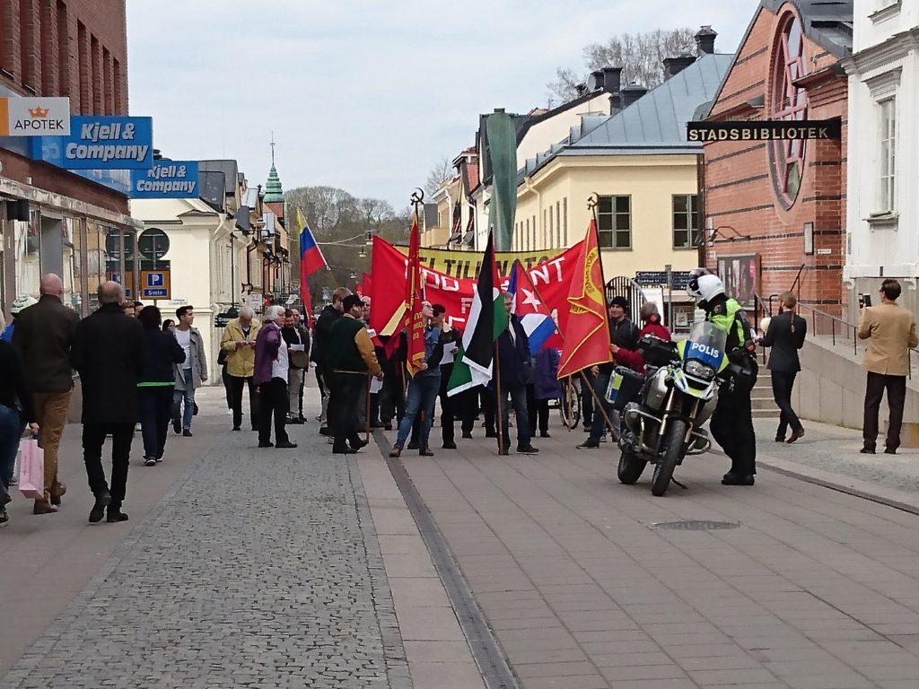 Uppsamling för Kommunistiska partiet utanför stadsbiblioteket